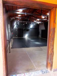 O piso flutuante seria instalado a partir da área delimitada para palco italiano atérecuo de cerca de um metro da porta de entrada, com umarampa de acessibilidade em frente a porta.